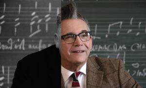 Im Schlaun-Gymnasium damals: Albert Allerup als Dr. Bierbaum. Im Schlaun-Gymnasium heute: Götz Alsmann als Dr. Bierbaum. (Foto: Schamoni-Film/Maris Hartmanis)