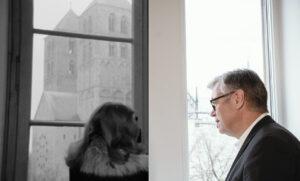 "Im Landesmuseum damals: Sabine Sinjen als Inge Deitert und Christian ""Busso"" Mehring als Museumswärter. Im (LWL)-Landesmuseum heute: Theresia Theurl als Inge Deitert und Hermann Arnhold als Museumswärter. (Foto: Schamoni-Film/Maris Hartmanis)"