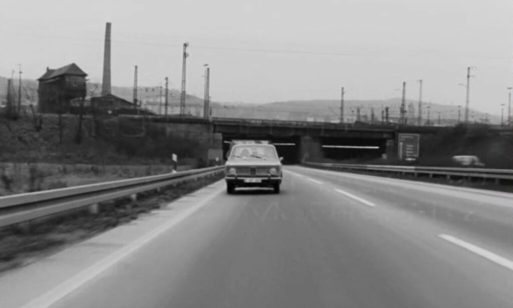 Auf der Autobahn. (Foto: Schamoni-Film)
