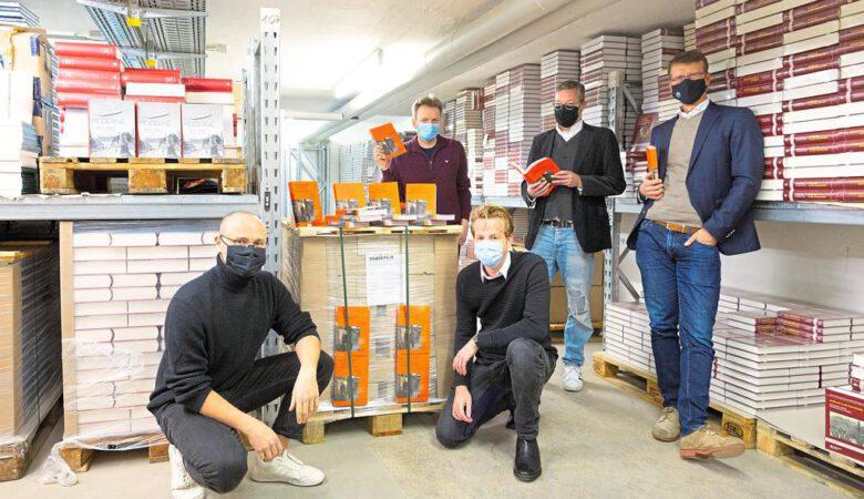 """Johannes Klein-Reesink, Carsten Happe, Maris Hartmanis, Carsten Vogel und Thorsten Hennig-Thurau (v.l.) präsentieren im Aschendorff-Verlag ihr Buch """"Alle Jahre wieder in Münster"""". (Foto: Kai Manke)"""