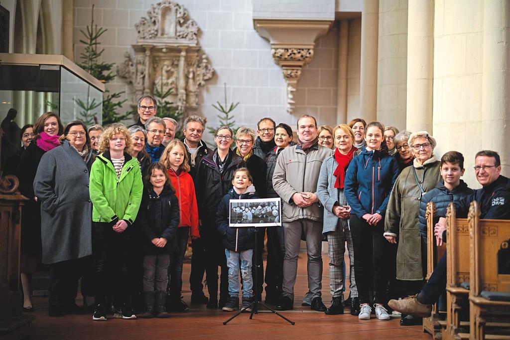 """Küster Markus Offer als """"Spezie"""" (rechts neben dem Foto in der beigen Jacke). (Foto: Maris Hartmanis)"""