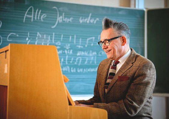 """Götz Alsmann im Musikraum des Schlaun-Gymnasiums: An diesem Ort drehte Ulrich Schamoni für seinen Film """"Alle Jahre wieder"""" vor über 50 Jahren. (Foto: Maris Hartmanis)"""